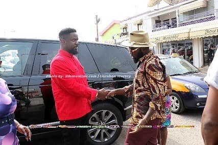 Sarkodie shakes hands with Manifest after two years 'beef'