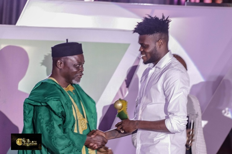 Azumah Nelson presents the award to Thomas Partey