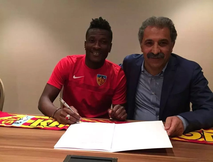 Asamoah Gyan signs a deal