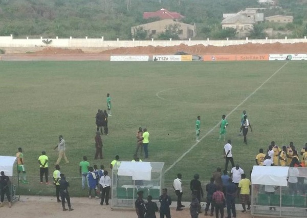 The game between Elmina Sharks and Medeama was cancelled due to an attack on the referee