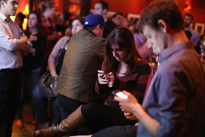 7 Things That Happen When You Focus On Your Phone Instead Of People