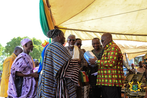 The Paramount Chief of Yagaba Traditional Area, Naa Sugru Wuni Mumuni, presenting a smock to President Akufo-Addo.