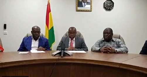 Health Minister (middle) addressing Ghanaians on Convid-19