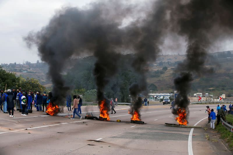 Looting and unrest continue ahead of Zuma's case - Prime ...